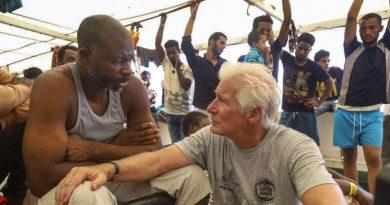 Actor Richard Gere lleva ayuda a migrantes en el Mediterráneo
